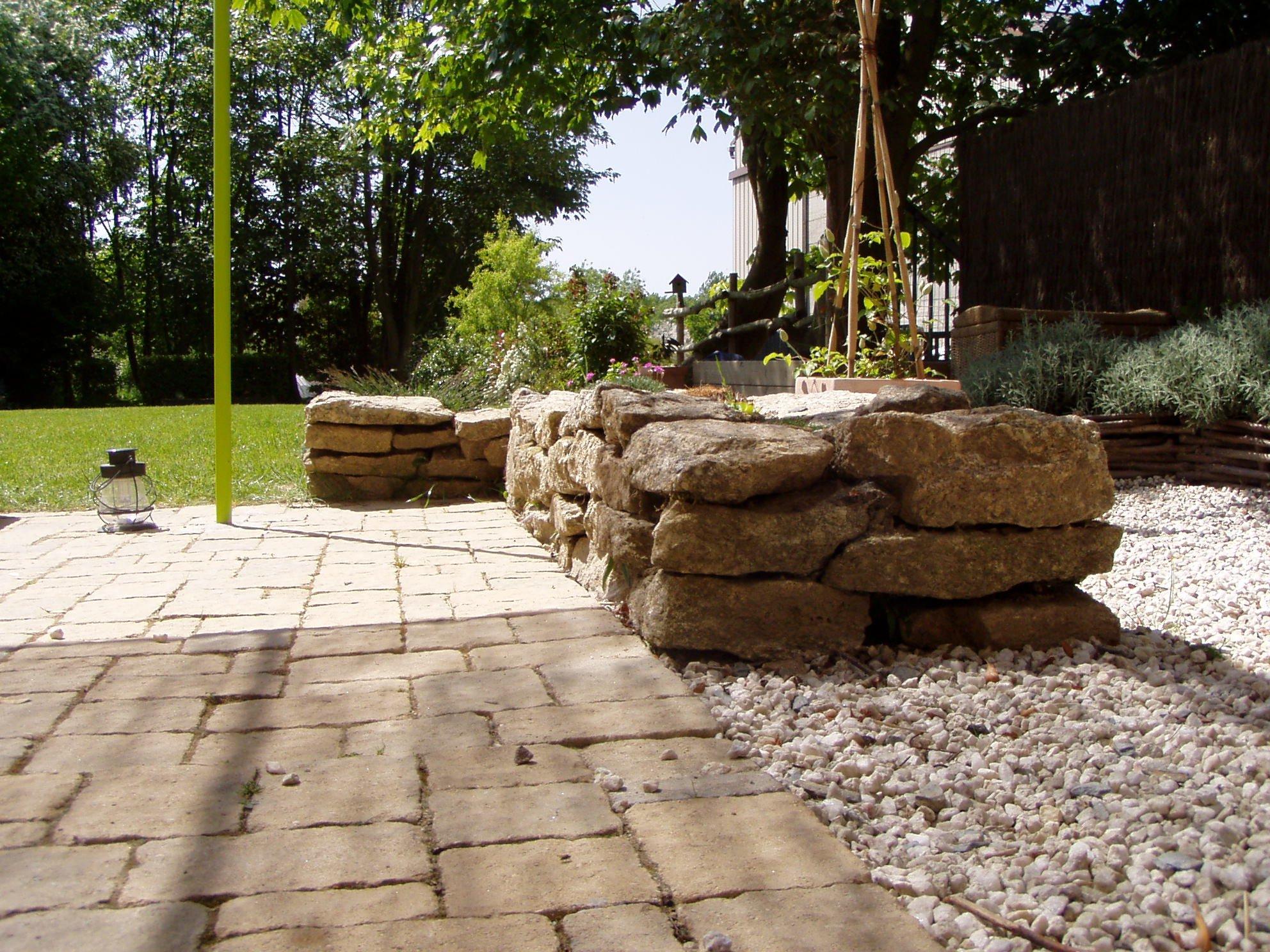 Petit muret en pierre pour jardin conseils pour crer un for Petit muret de jardin